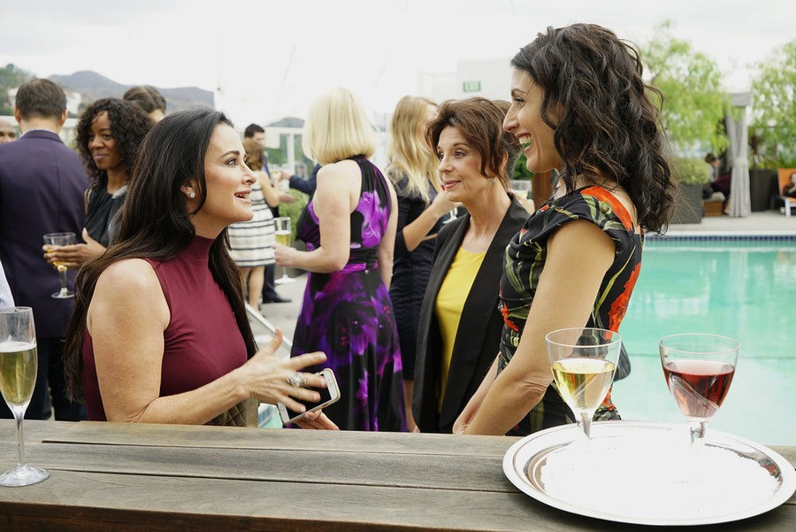 Girlfriends Guide to Divorce - Season 2 Episode 1 : Rule #58: Avoid The Douchemobile