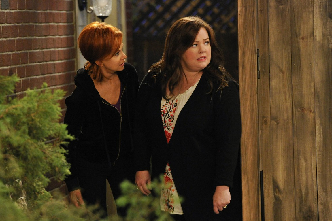 Mike & Molly - Season 4 Episode 5: Poker in the Front, Looker in the Back
