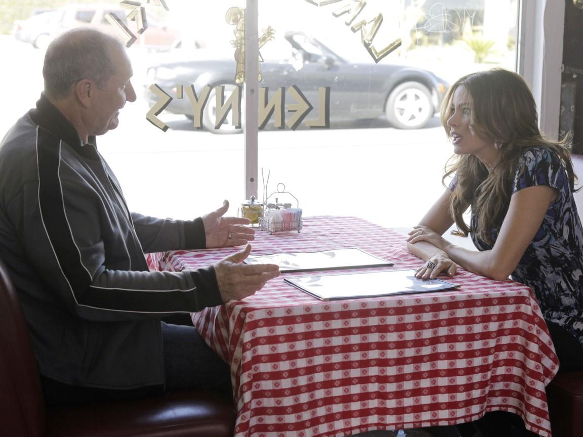 Modern Family - Season 3 Episode 23: Tableau Vivant