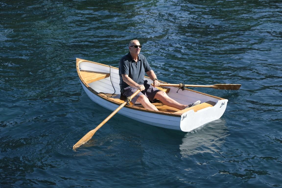 Modern Family- Season 9 Episode 01: Lake Life