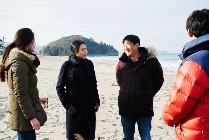 On the Beach at Night Alone (Bamui haebyun-eoseo honja) [Sub: Eng]