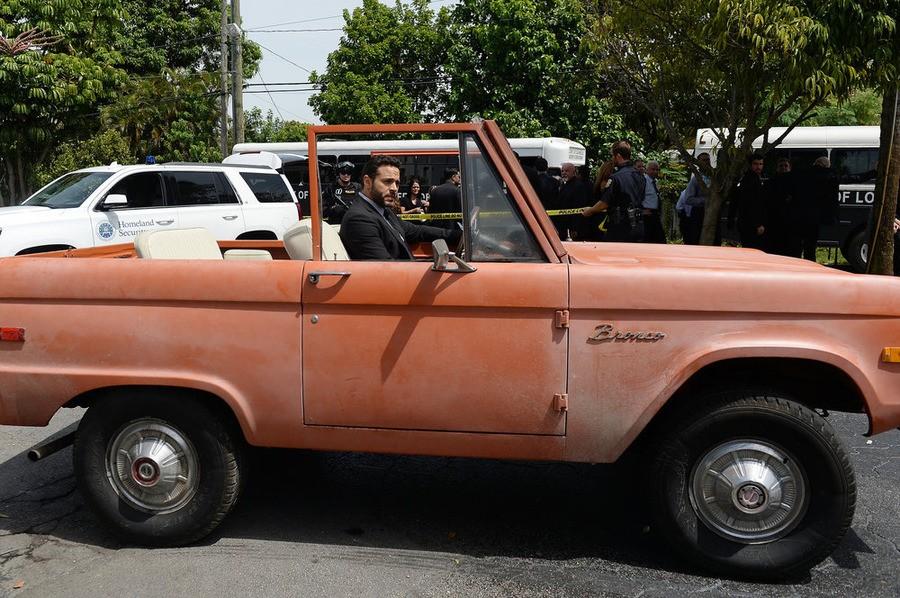 Graceland - Season 3 Episode 12: Dog Catches Car