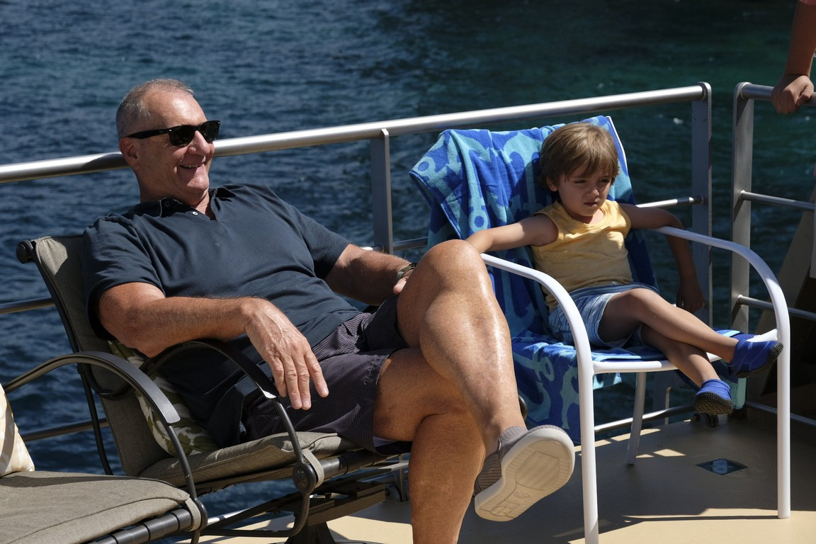 Modern Family - Season 9 Episode 01: Lake Life