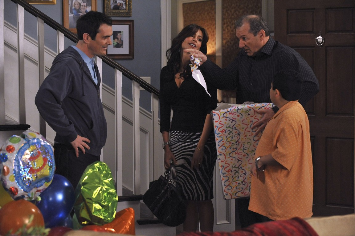 Modern Family - Season 1 Episode 19: Game Changer