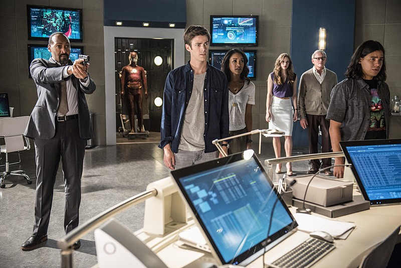 The Flash - Season 2 Episode 01: The Man Who Saved Central City