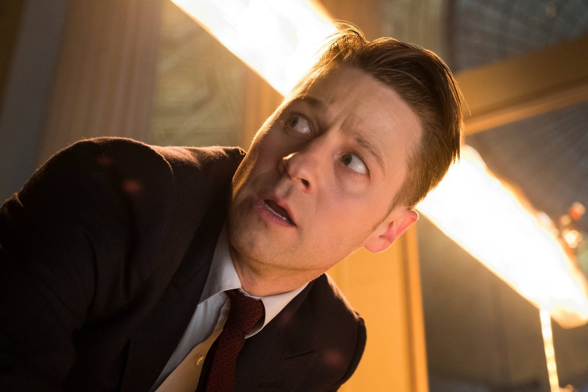 Gotham - Season 3 Episode 18: Heroes Rise: Light the Wick