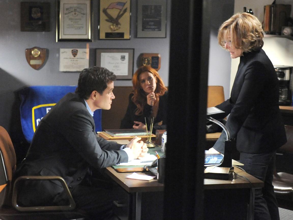 Unforgettable - Season 1 Episode 14: Carrie's Caller