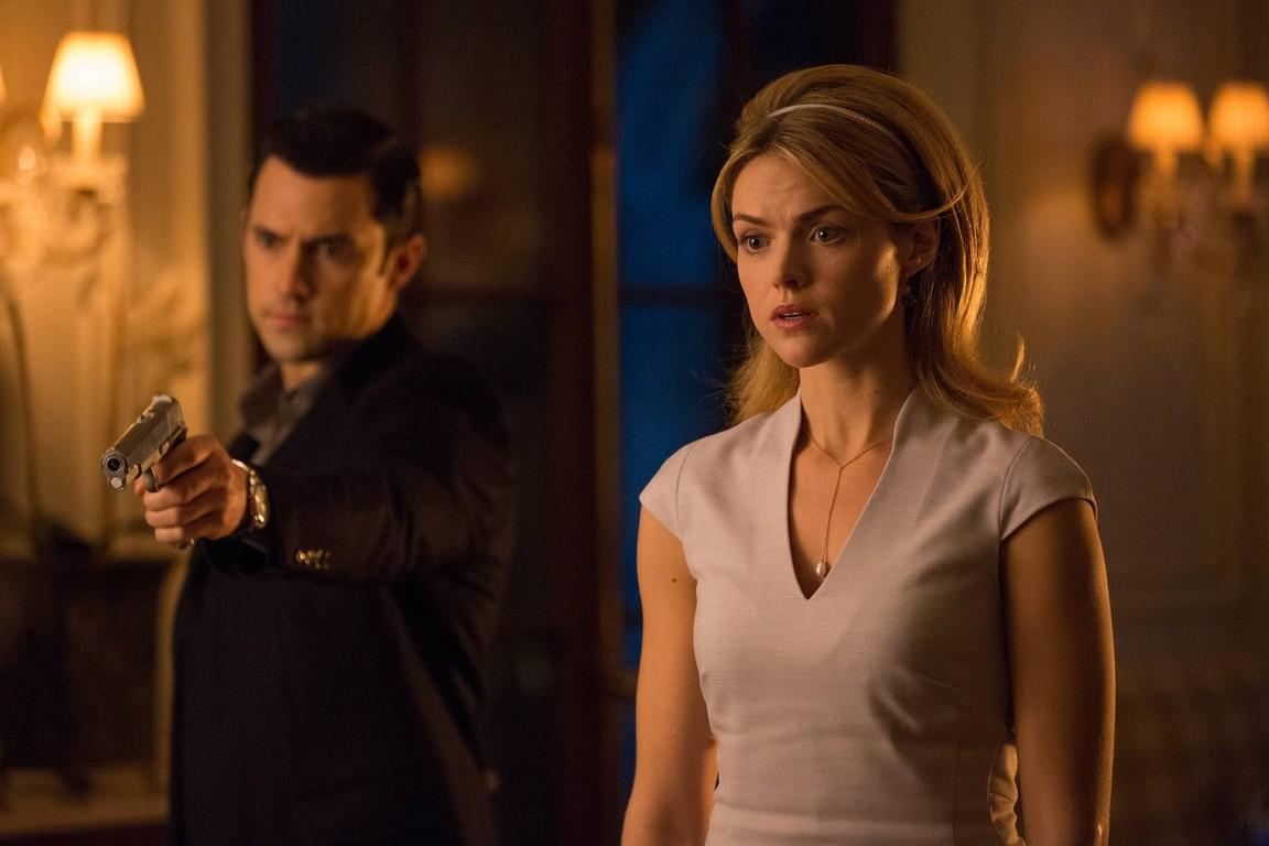 Gotham - Season 1 Episode 21:  The Anvil or the Hammer