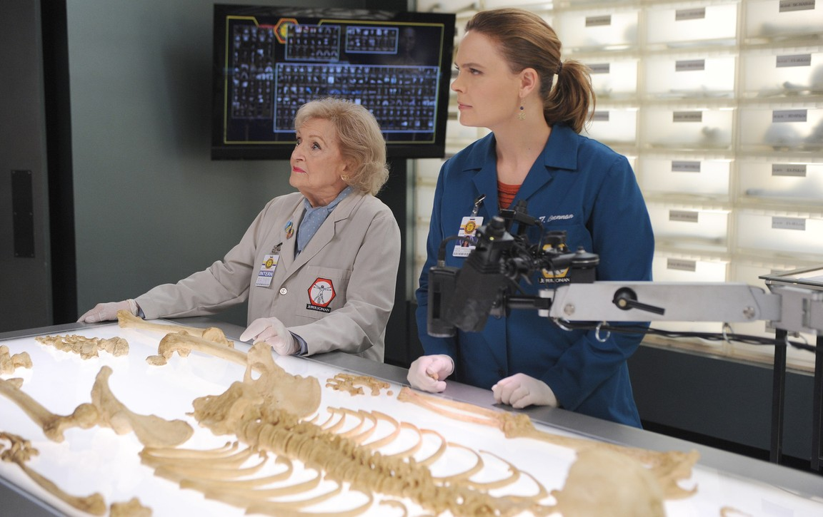 Bones - Season 11 Episode 04: The Carpals in the Coy-Wolves