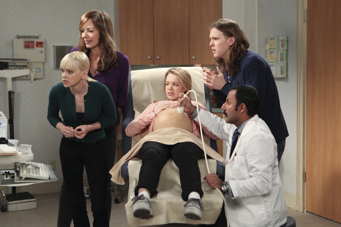 Mom - Season 1 Episode 18: Sonograms and Tube Tops