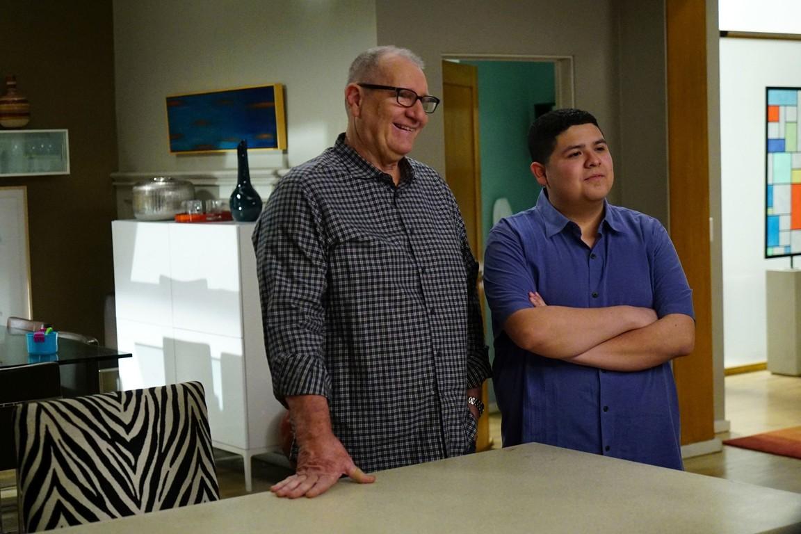 Modern Family - Season 8 Episode 22: The Graduates